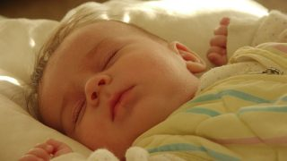 「 夜泣き 」にアプローチ【睡眠の仕組み編】~日本の赤ちゃんだけ夜泣きするのはなぜ?